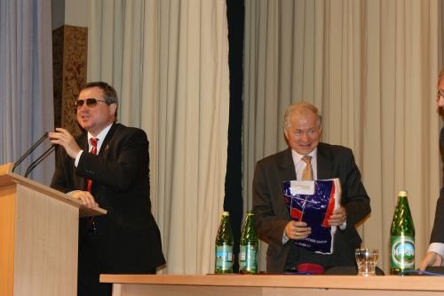Смолин О.Н. подарил свою книгу Бунтову С.Д. - ректору Удмуртского государственного Университета.